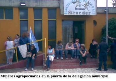 Mujeres agropecuarias frente a la delegación municipal -Foto-