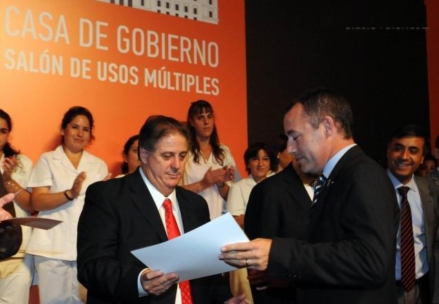 Scioli y el ministro Collia entregaron a Garcés equipamiento informático para salud