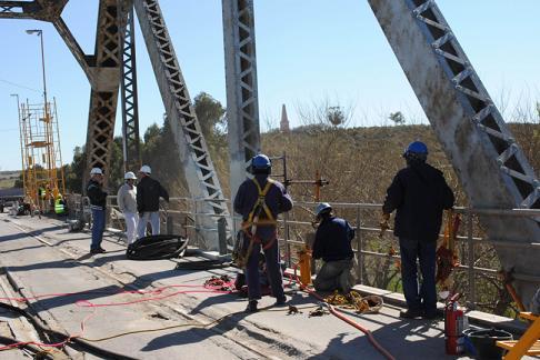 La empresa Lo Bruno avanza con los primeros trabajos de puesta en valor del puente ferrocarreretero