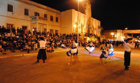Espectacular noche de la danza frente a la Parroquia