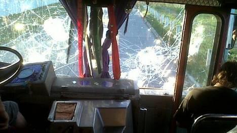 Los hinchas de Ituzaingó invadieron el campo y quemaron un patrullero