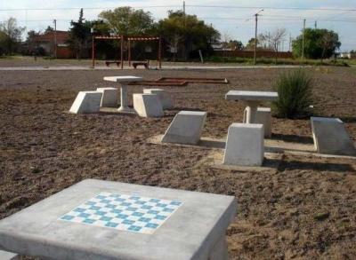 Instalan mesas y bancos en la plaza Centenario de Stroeder