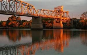 Proponen nombrar Presidente Raúl Ricardo Alfonsín al Puente Ferrocarretero que une Viedma y Carmen de Patagones